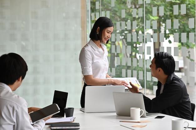 Team van jonge opstarten van bedrijvenvergadering met financieel kapitaal.