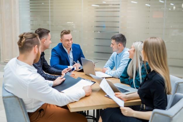 Team van jonge professionals mannen en vrouwen aan het werk op kantoor