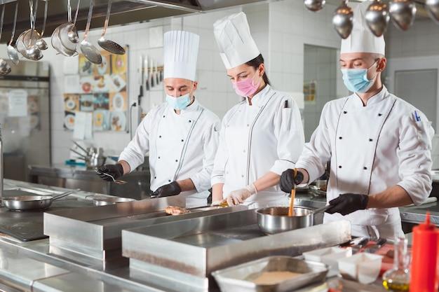 Team van koks koken in een restaurant