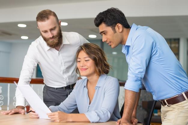 Team van managers tevreden met verkooprapport