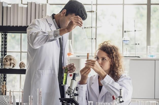 Team van medisch onderzoek wetenschapper voert experimenten in laboratorium.