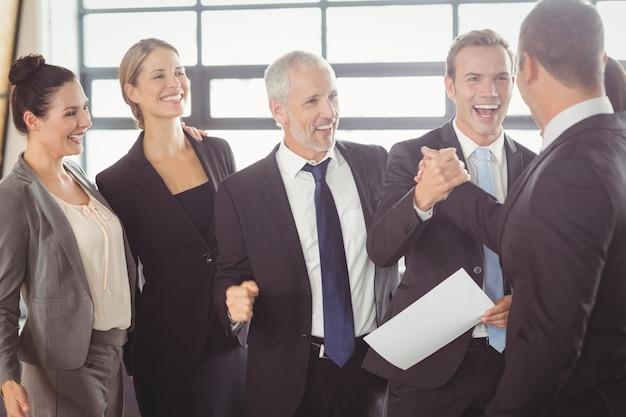 Team van mensen uit het bedrijfsleven met certificaat