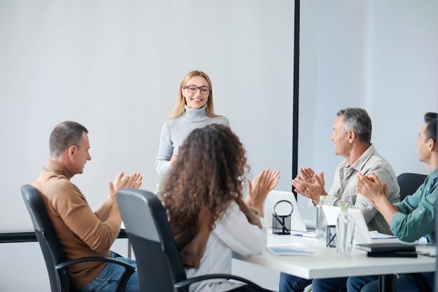 Team van mensen uit het bedrijfsleven tijdens bijeenkomst in kantoor