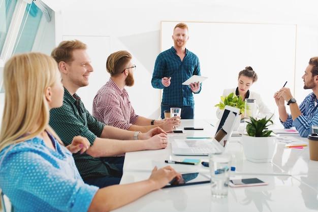 Team van mensen uit het bedrijfsleven werken samen op kantoor. concept van teamwerk en partnerschap