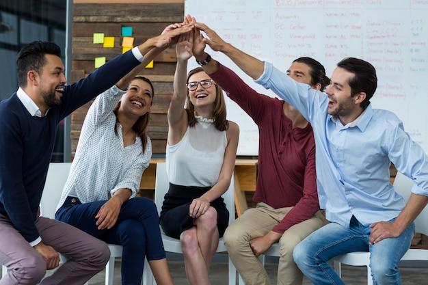 Team van ondernemers geven high five