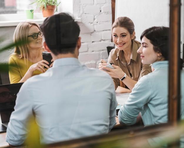 Team van ondernemers tijdens een vergaderpresentatie