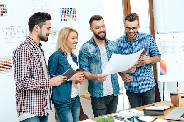 Team van ontwerpers architecten kijken naar blauwdruk.