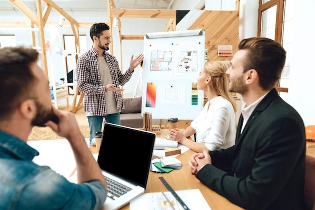 Team van ontwerpers architecten kijken naar presentatie