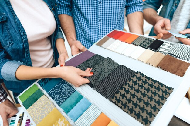 Team van ontwerpersarchitecten bekijken kleurenpalet