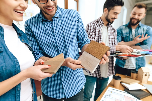 Team van ontwerpersarchitecten bekijkt kleurenmonster