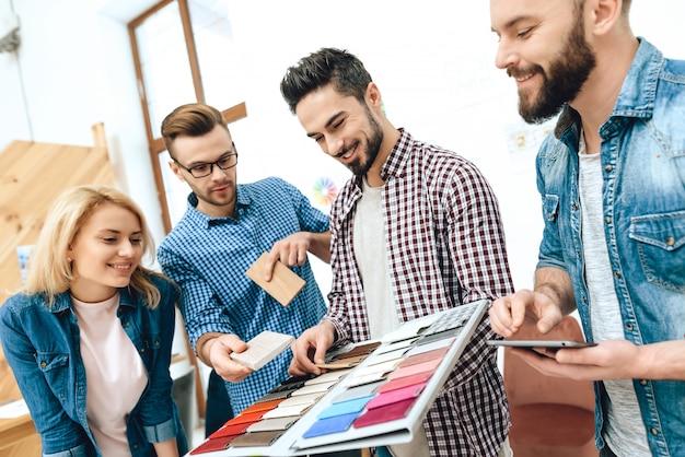 Team van ontwerpersarchitecten bekijkt kleurenpalet