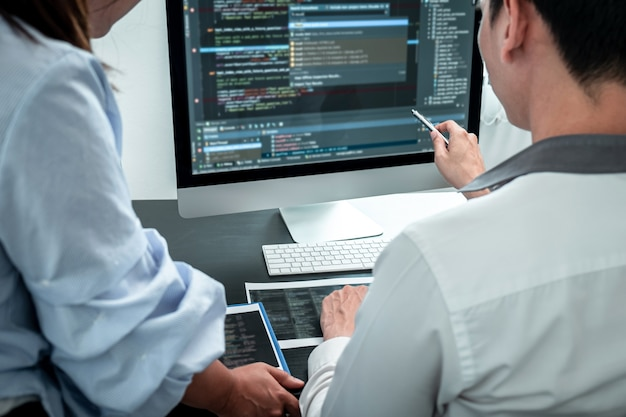 Team van ontwikkelaar programmeur bezig met codering programma software computer op kantoor