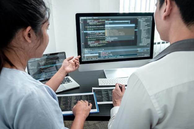 Team van ontwikkelaarsprogrammeur die werkt aan coderingsprogrammasoftwarecomputer op kantoor