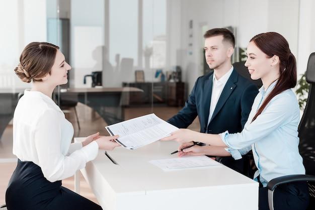 Team van professionele mensen die samenwerken op kantoor