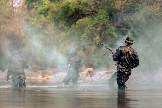 Team van soldaten rennen in het water