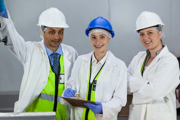 Team van technici die zich in vleesfabriek bevinden