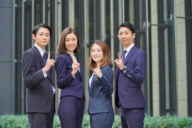 Team van vier zakenlieden en vrouwen