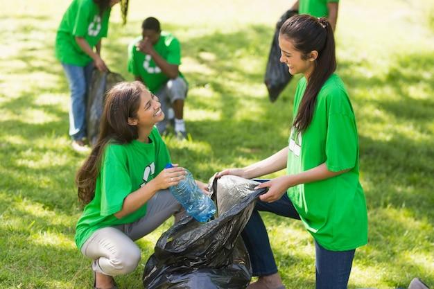 Team van vrijwilligers die draagstoel in park ophalen