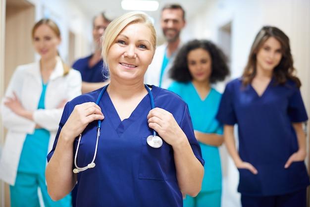 Team van vrolijke en ambitieuze artsen