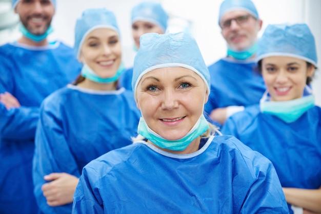 Team van vrolijke en professionele artsen