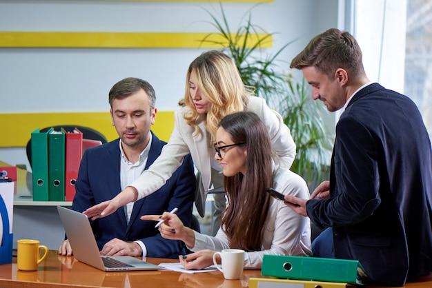 Team van vrouwen en mannen aan de vergadertafel