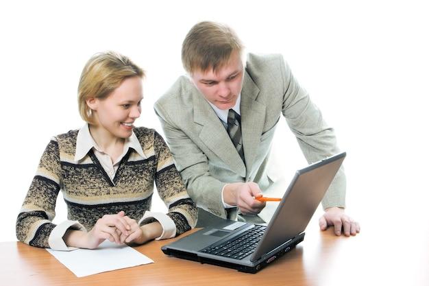 Team zakenman en vrouw werken op laptop op witte achtergrond
