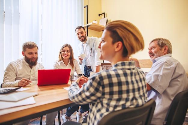 Teambaan. foto jonge ondernemers werken met nieuw project op kantoor