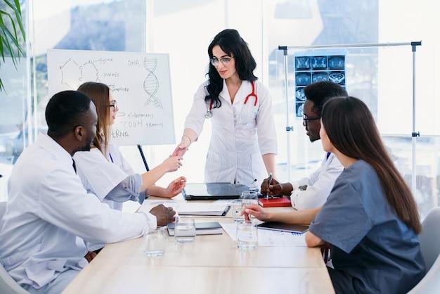 Teamdiscussie over de ontwikkeling van de moderne geneeskunde op een medische conferentie in een moderne kliniek