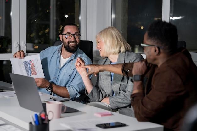 Teamgenoten die laat op kantoor werken