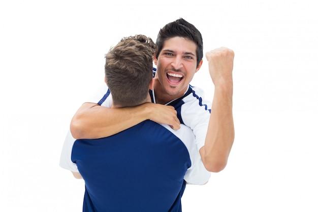 Teamgenoten vieren samen een overwinning