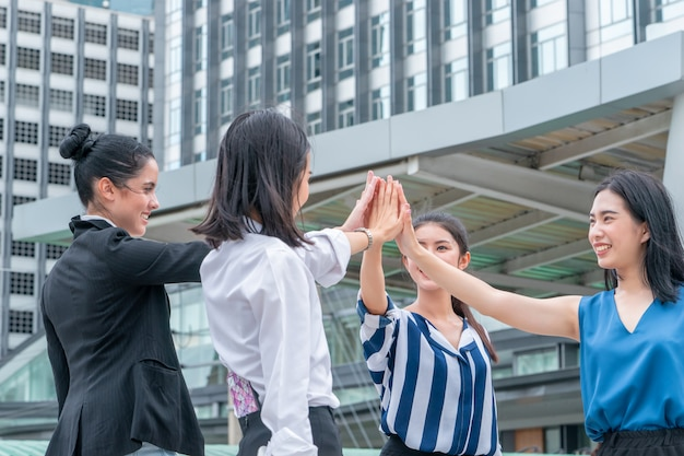 Teamhand samen in commerciële vergadering voor teamconcept openlucht