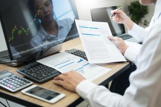 Teaminvestering ondernemer die grafieken en grafieken op de computer bespreken en analyseren