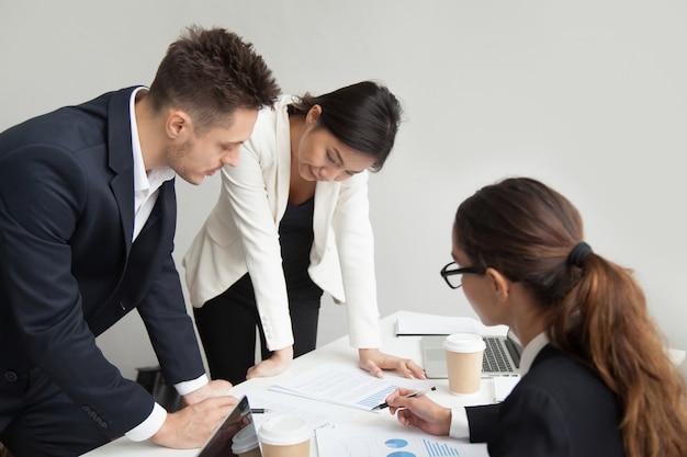 Teamleider die werkresultaten bespreken op vergadering, groepswerkconcept