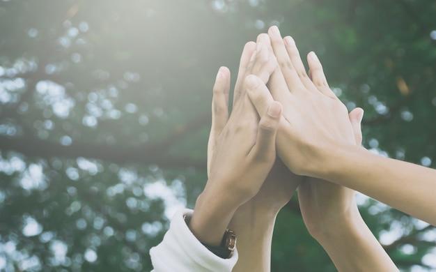 Teamwerk en samen concept, hand van mensen hoge vijf