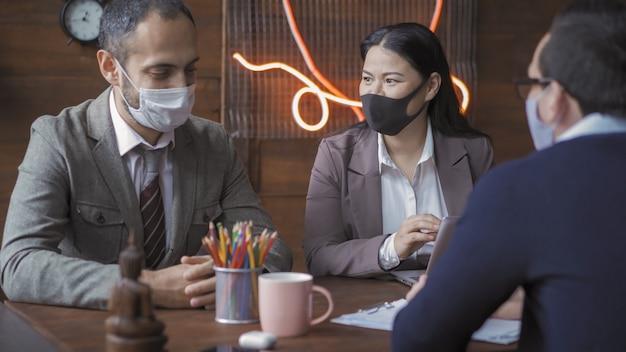 Teamwerk van mensen uit het bedrijfsleven tijdens de pandemie van het coronavirus