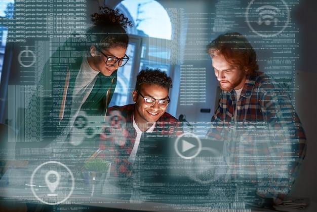 Teamwerk van programmeurs, codering voor nieuw spel in online casino. gokken concept. drie mensen, vrouw en twee mannen