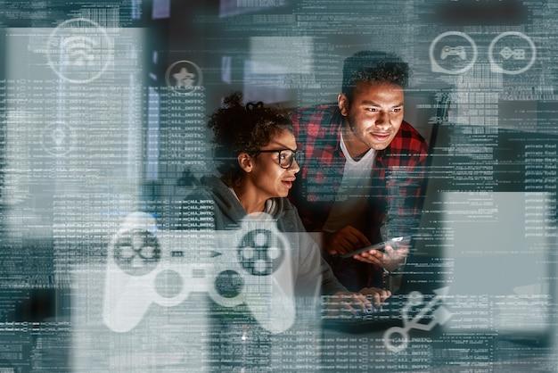 Teamwerk van programmeurs, codering voor nieuw spel in online casino. gokken concept. jonge man en vrouw analyseren het gebruikersgedrag in het spel.