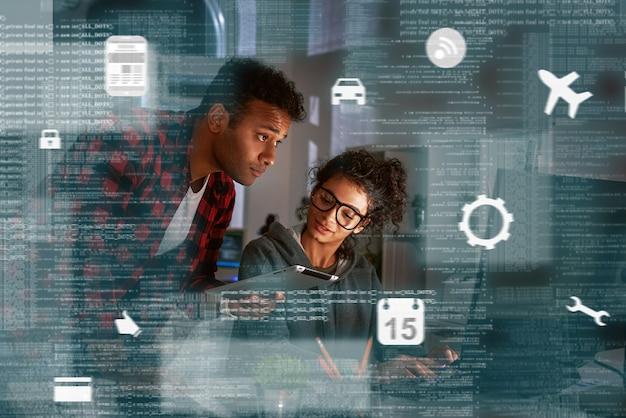 Teamwerk van programmeurs, coderingsbescherming tegen hackaanvallen in navigatiesysteem. satelliet controle. multinationaal team, indiase vrouw en man