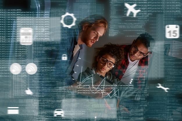 Teamwerk van programmeurs, coderingsbescherming tegen hackaanvallen in navigatiesysteem. satelliet controle. multinationaal team, indiase vrouw en twee mannen