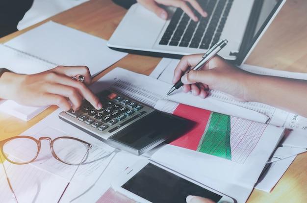 Teamwerk zakelijke vrouw boekhoudkundige concept financieel op kantoor