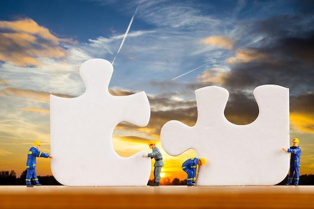 Teamwerkpuzzel voor ondersteuning samen in schemertijd.