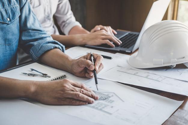 Teamwerkvergadering ingenieur, tekening bezig met blauwdrukvergadering voor projectwerk met partner