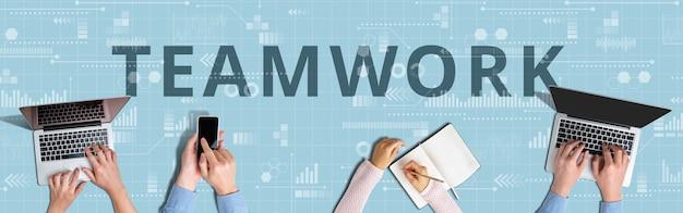 Teamwork bedrijfsconcept met mensen die werken op laptop.