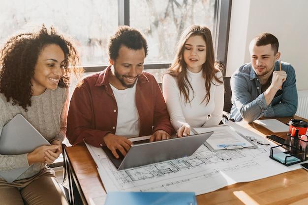 Teamwork bijeenkomst met mensen uit het bedrijfsleven