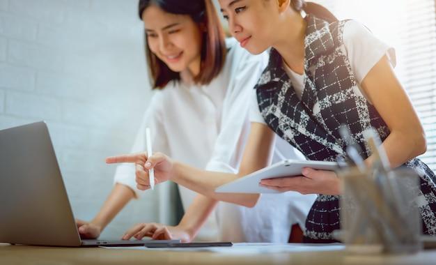 Teamwork brainstorming meeting en nieuw startup project op de werkplek