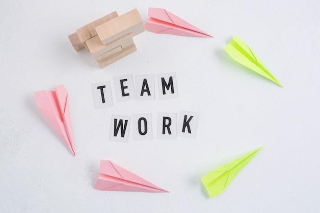 Teamwork concept met papieren vlakken