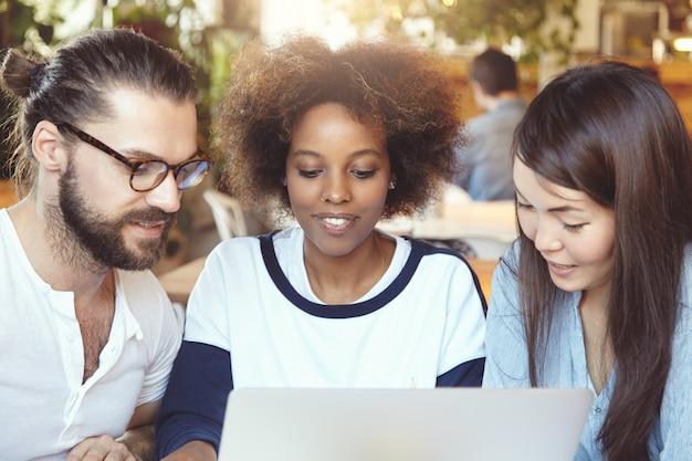Teamwork en samenwerking. creatieve mensen die samenwerken aan zakelijk project.