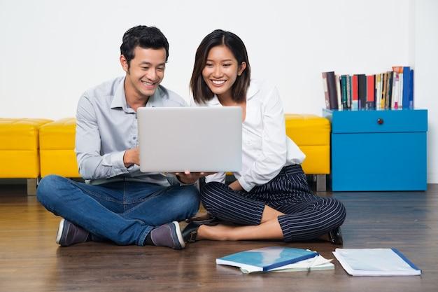 Teamwork glimlachend gemengd vrouwelijke student