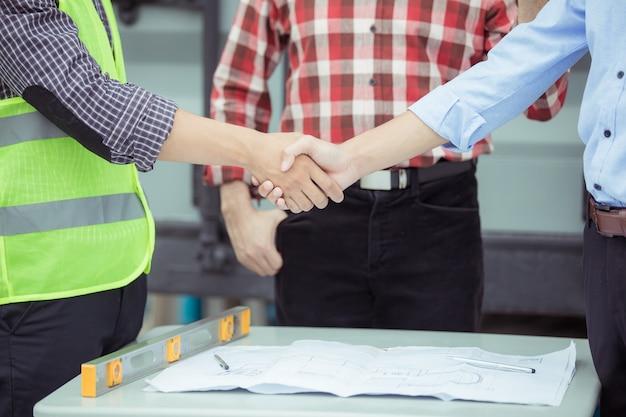 Teamwork handen schudden bouwplaats