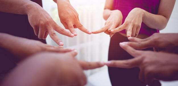 Teamwork hands unite with power is een goed team van succesvolle mensen teamwork concept